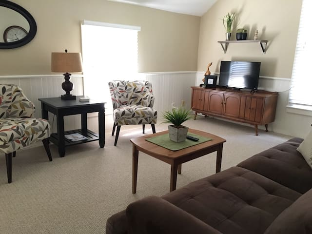 Great in town location Comfortable 2 bedroom upper