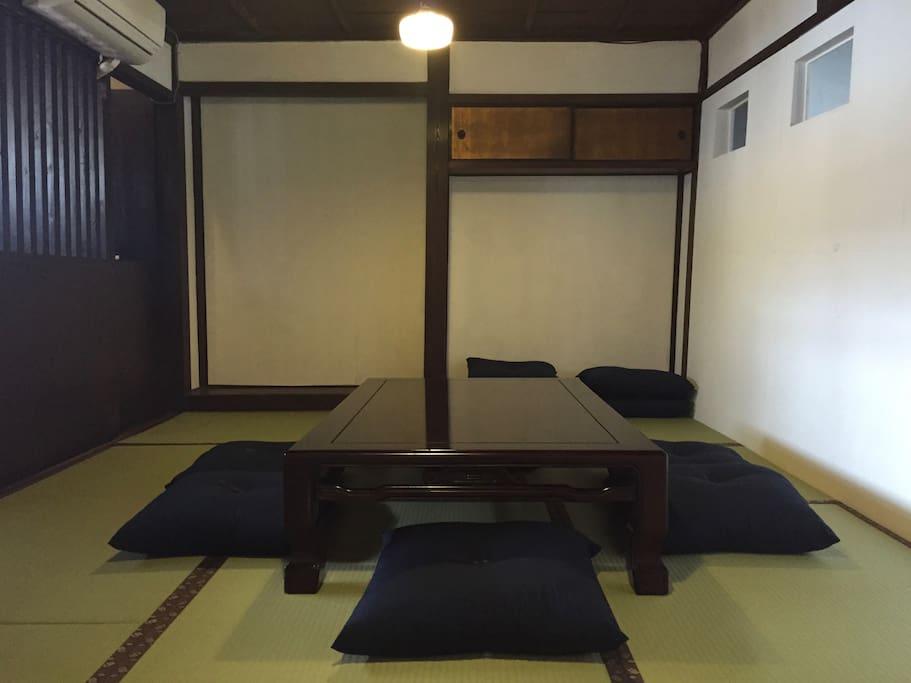 畳の部屋とフローリングがあります。 Japanese‐style room