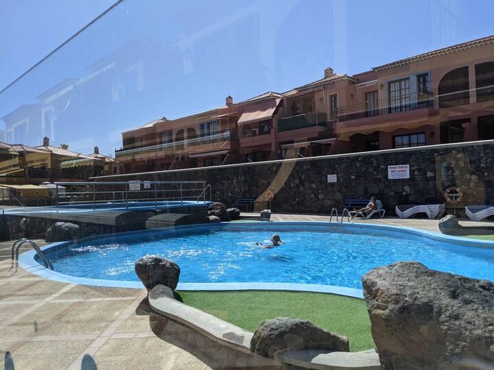 Luminoso, elegante, con piscinas y parque infantil