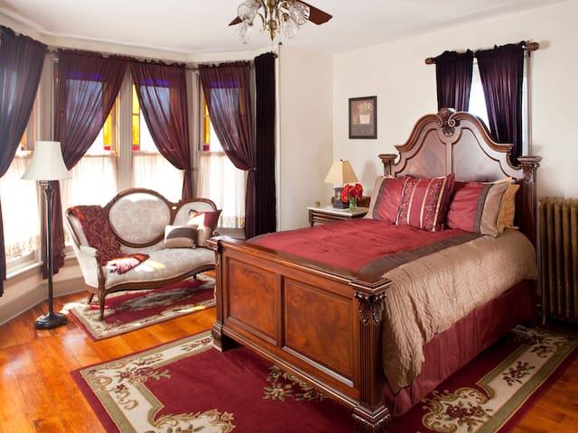 De luxe queen room in The Brickhouse Inn B&B