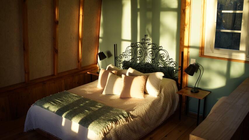 Sol de la tarde entrando al dormitorio principal.