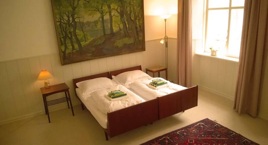 Lyst værelse med dobbeltseng