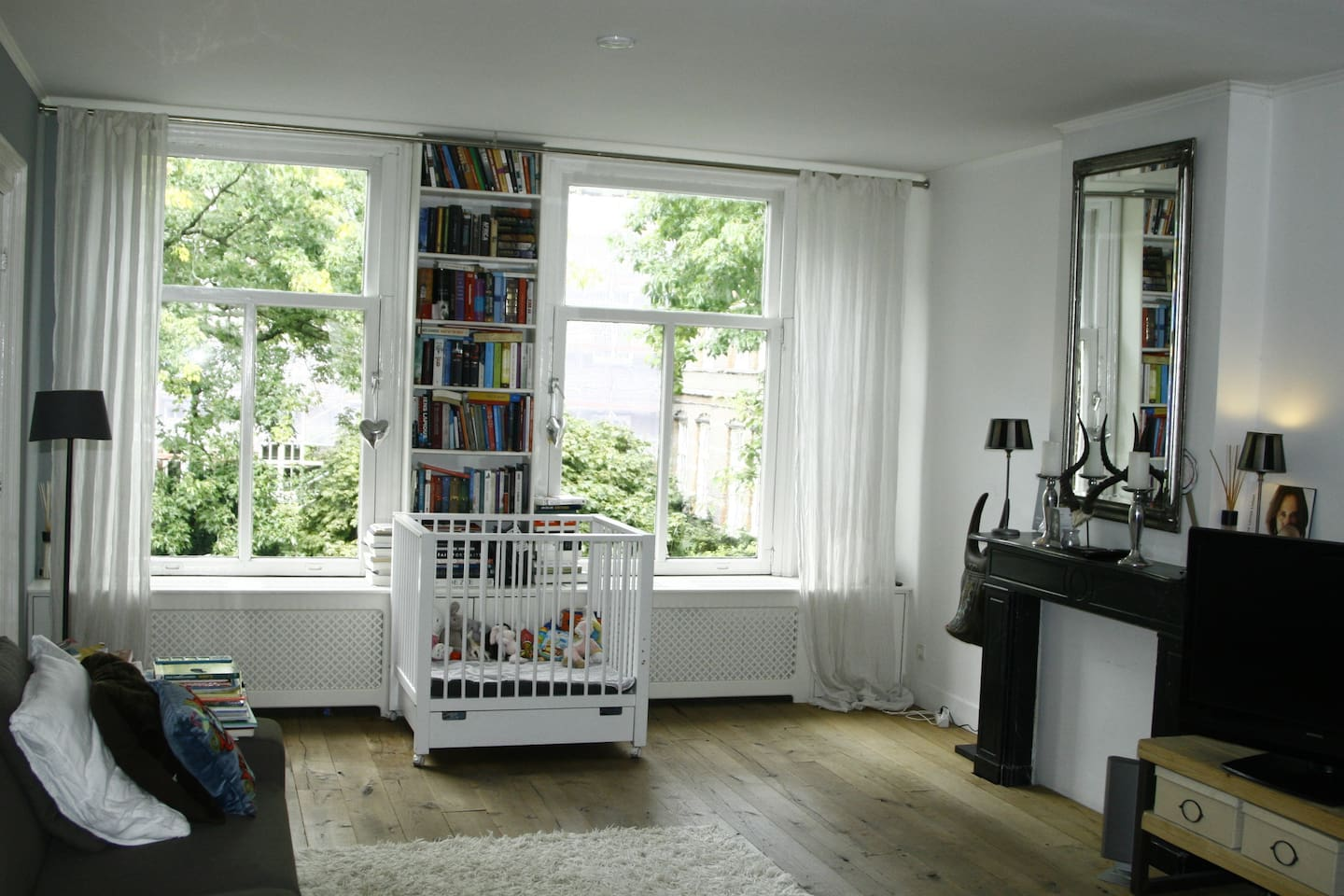 Living room , and room with a view on the beautiful WG square.