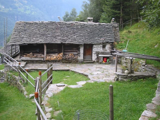 Wander Ferien im Abenteuerrustico Calanca - arvigo monti - Hytte