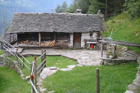 Wander Ferien im Abenteuerrustico Calanca - arvigo monti - Kabin