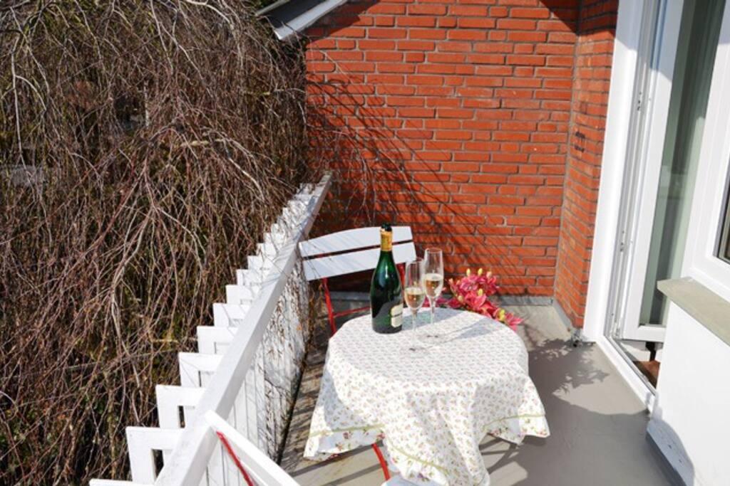 ...oder dem Balkon. Bitte Platz nehmen!
