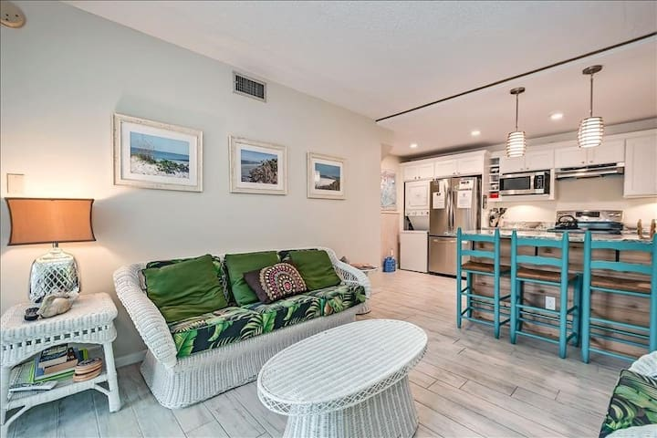 Room,Living Room,Indoors,Building,Furniture