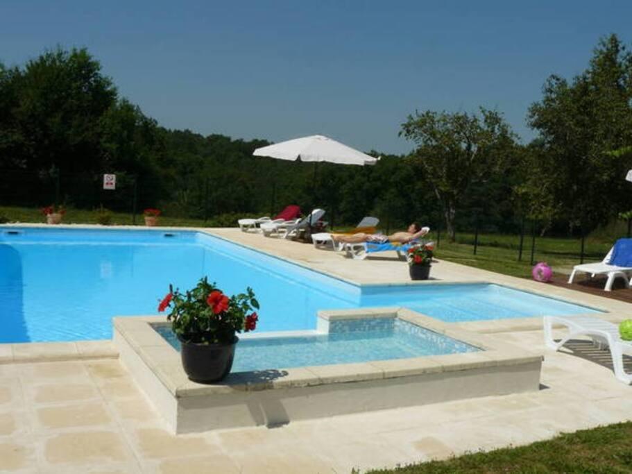 piscine avec petit bain et larges marches d'accès