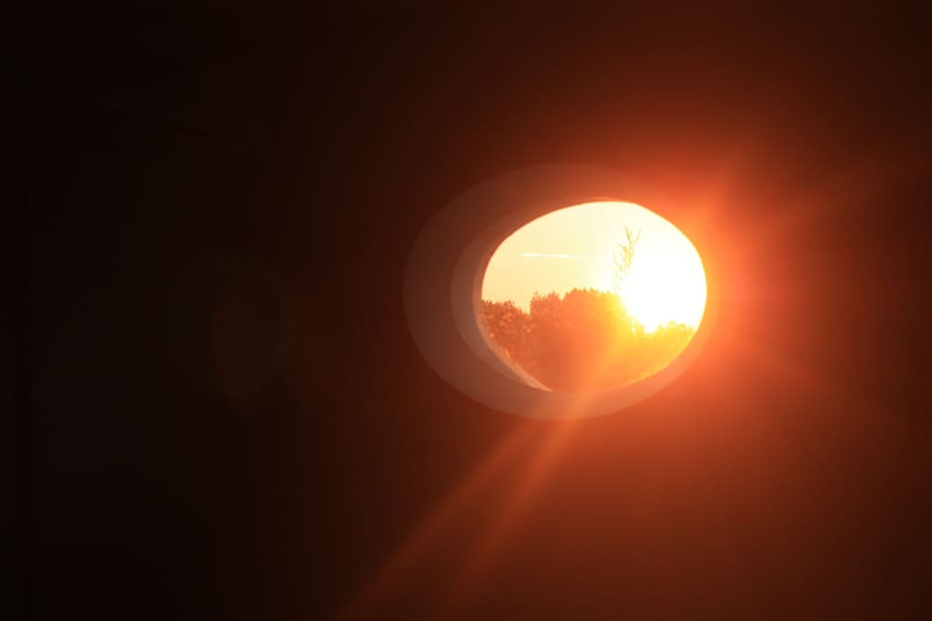 Le soleil se lève et inonde votre chambre depuis l'est