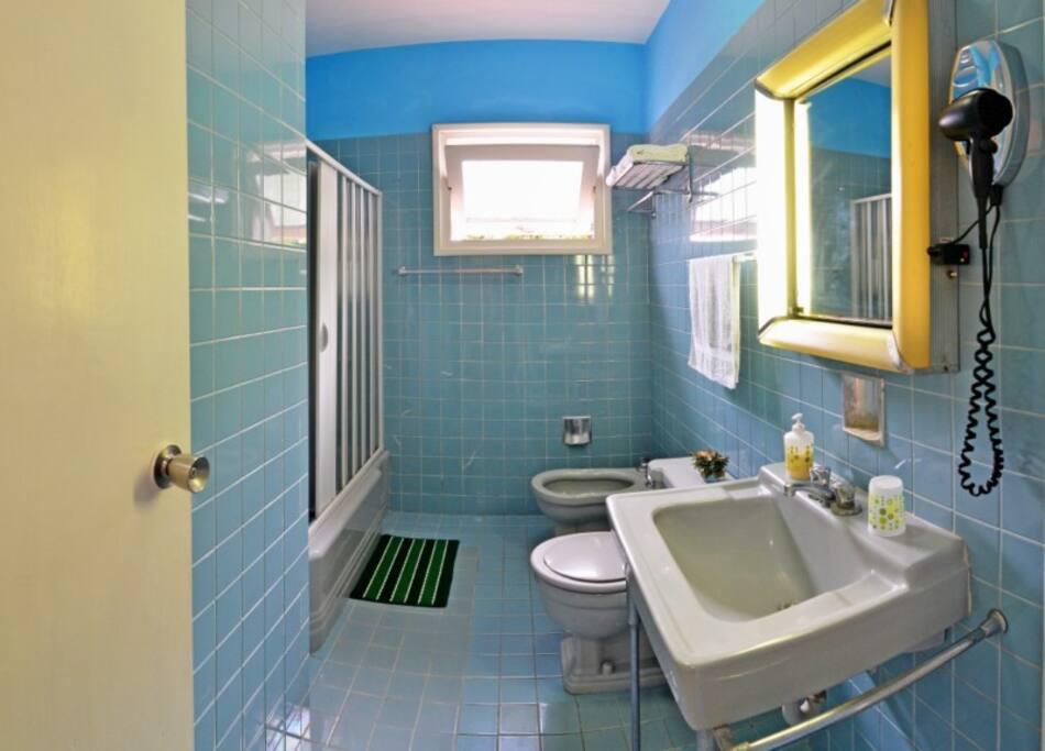Baño de Habitación Standard Azul - Hostal d´Soto