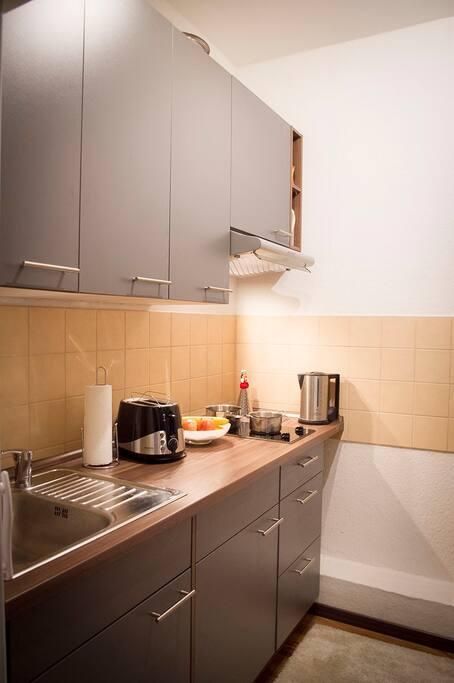 Küche mit Kühlschrank, Ceran Feldern, Wasserkocher, Toaster