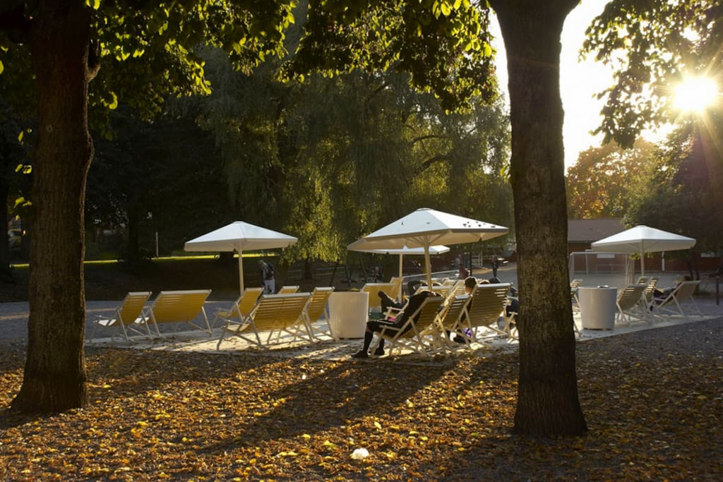 Just 3 minutes away you'll find Rosenlundsparken where you can have italian ice cream or a bagel in the sun chairs.