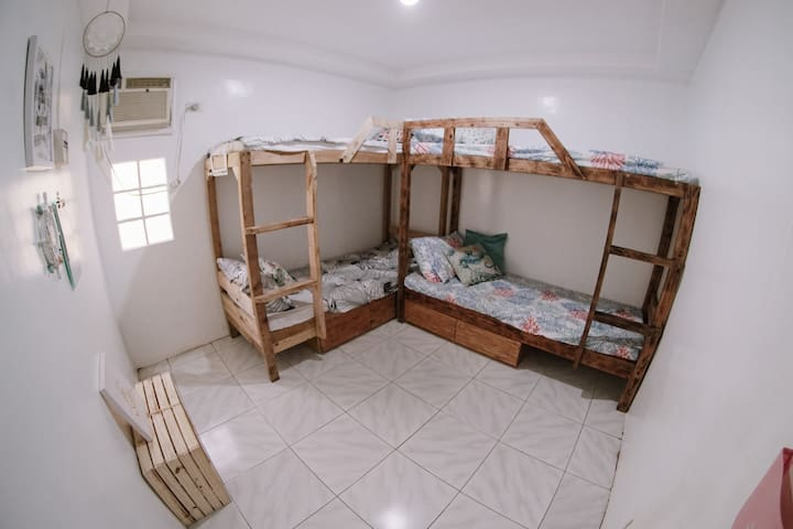 Beach room w/ bunkbeds for family and friends