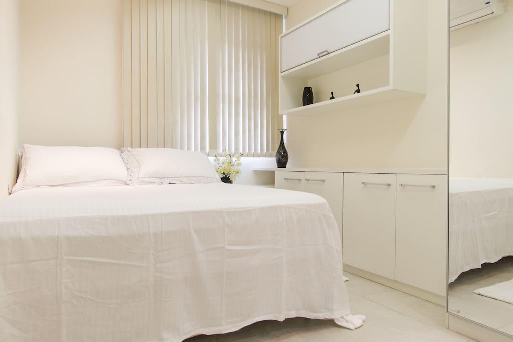 Quarto, com uma cama queem, ar condicionado, televisão, e armários. Possui roupas de cama, e toalhas esterilizadas.