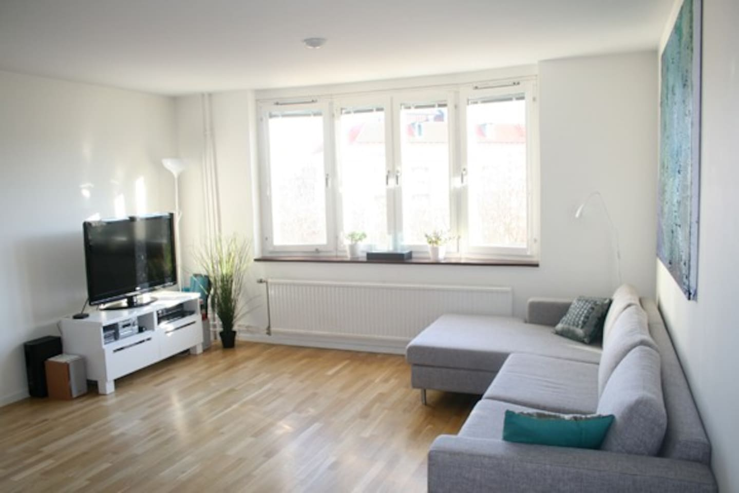 Spacious living room with a open view over a park