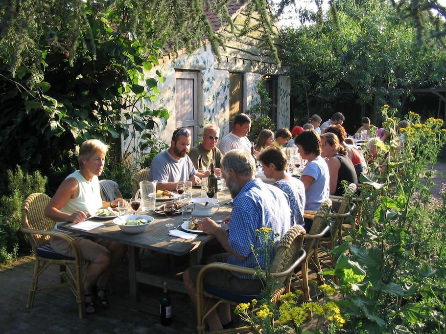 gezellig tafelen buiten op het terras