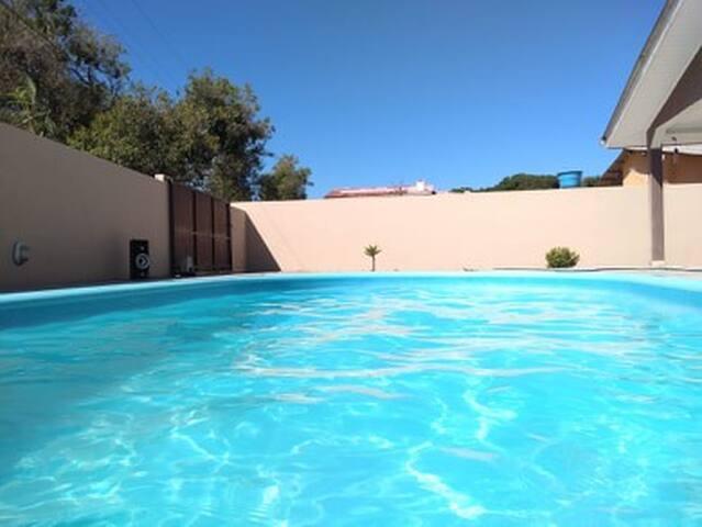 Aluga-se casa com piscina no Atami Sul.
