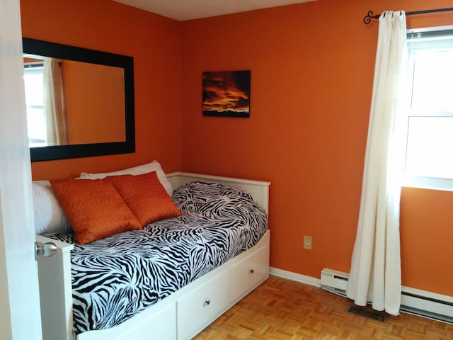 Warm, Comfy - Home Away From Home - Waterloo - Casa