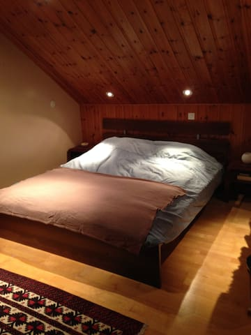 Spacious private room in attic - Chêne-Bourg - House