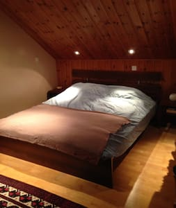 Spacious private room in attic - Chêne-Bourg - Casa
