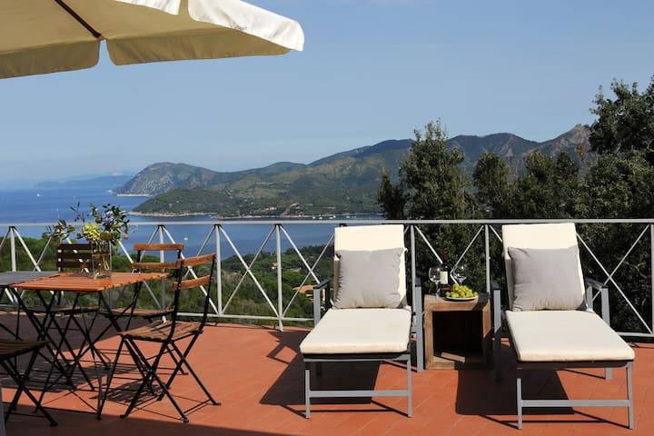 Eine der vielen Terrassen mit Meerblick