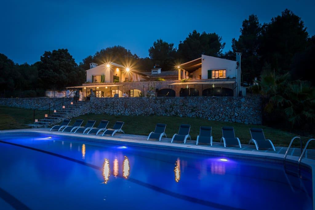 Vista nocturna desde la piscina