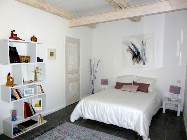 habitacion con bano en la casa de una artista