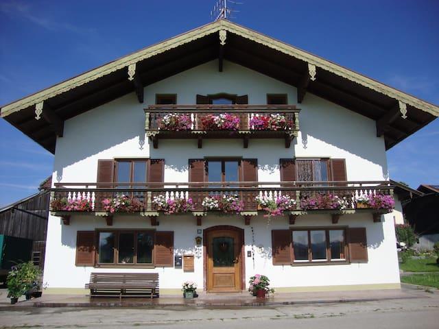 Großzügige Ferienwohnung  - Vachendorf - Apartamento