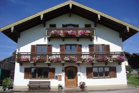 Großzügige Ferienwohnung  - Vachendorf - Leilighet