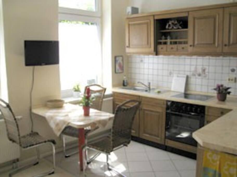 Wohnbereich mit Küche, Essplatz und TV