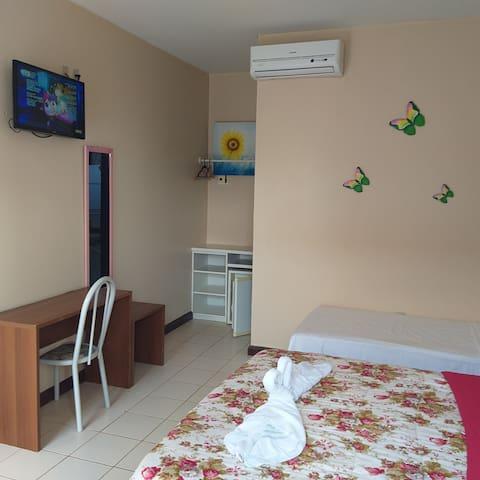 Quarto terreo completo com ar condicionado Split TV led frigobar e varanda com rede