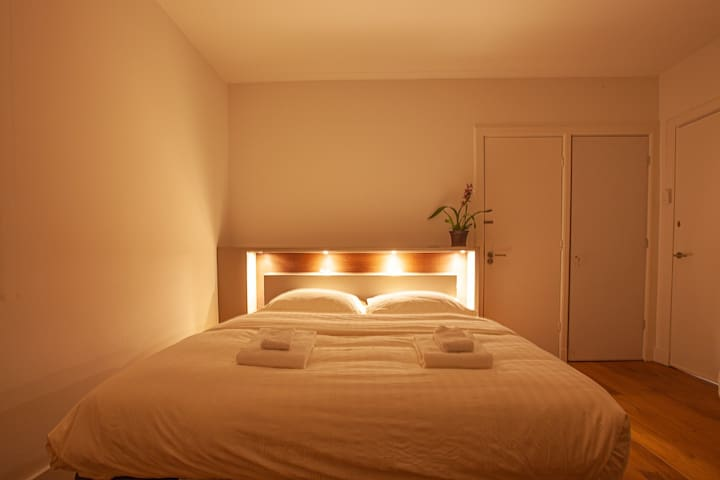 Comfortable deluxe room, Amsterdams best, hosted.