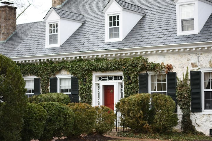 Two-Bedroom, Full Bath Suite in 1938 Manor House - Charlottesville - House