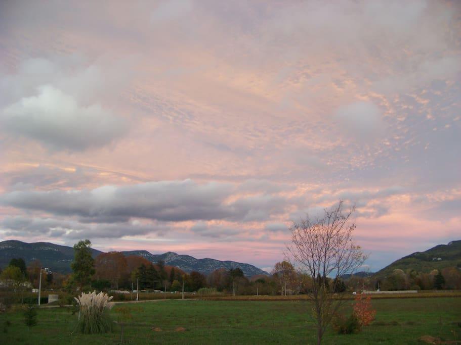 Vu de chez nous sur la plaine avec une belle luminosité d'un soleil couchant.