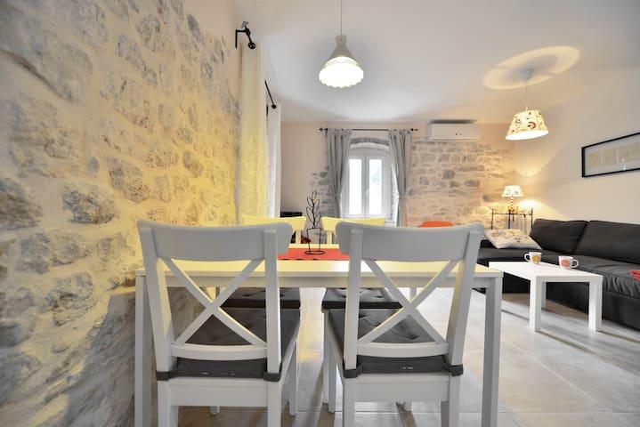Amazing charming apartment Riva 2+2 - Supetar - อพาร์ทเมนท์