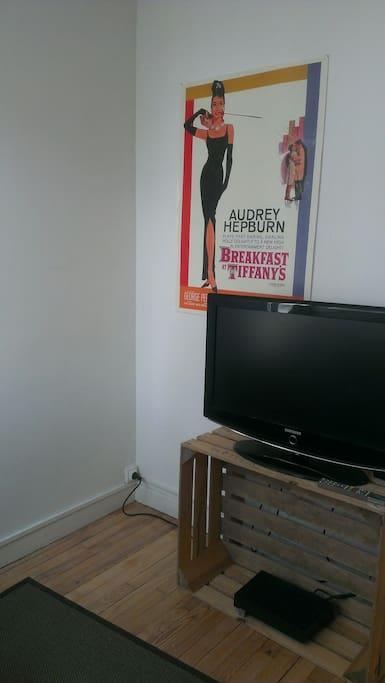 Coin tv à côté du salon. Chaines freebox disponibles.