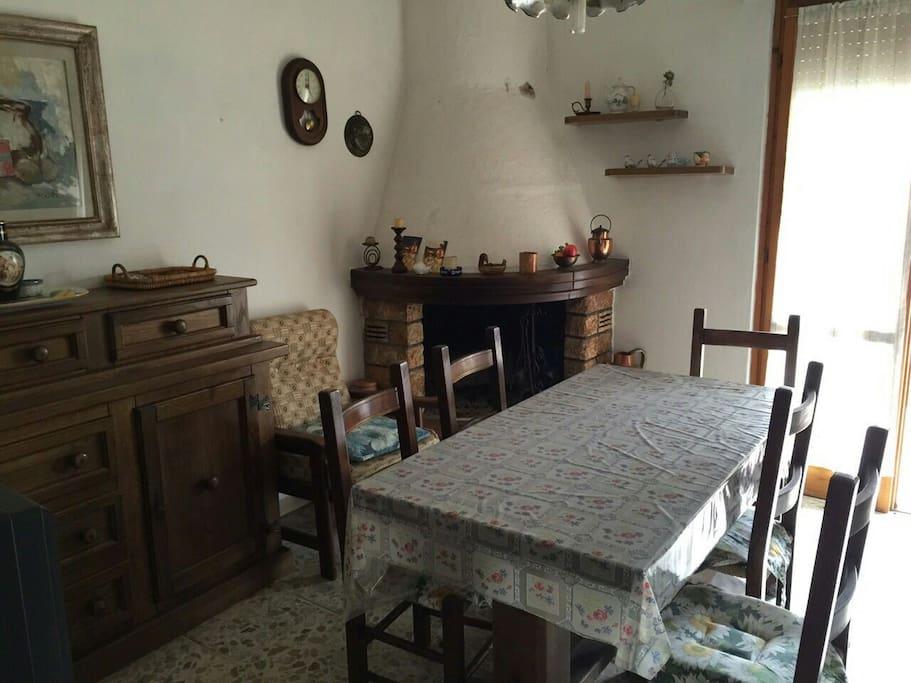 Sala da pranzo con caminetto