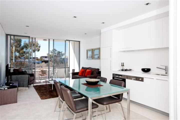 Modern conveniently located apartment - Crows Nest