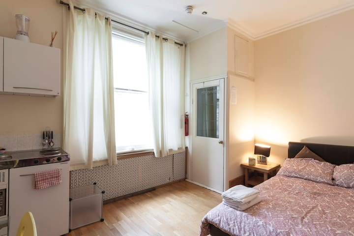 Room 4. Private room for 3, Soho. - London - House
