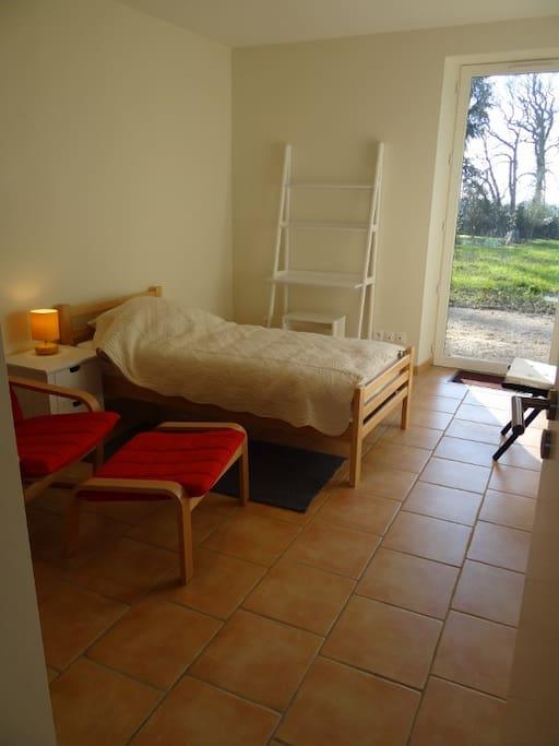 Une chambre aux normes handicap avec accès direct à la terrasse.
