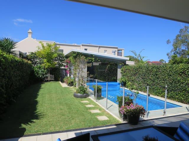 Parkside, spacious home & pool - Queens Park - Rumah