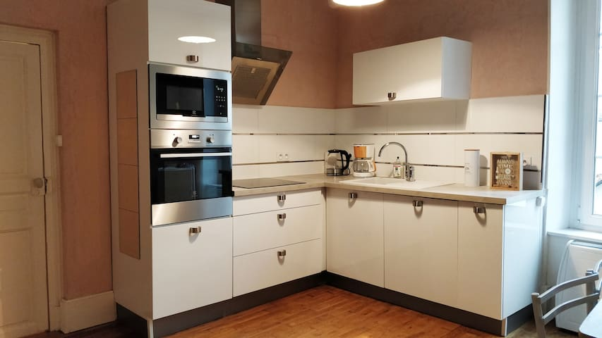 Cuisine équipée avec four, micro-ondes, lave-vaisselle, bouilloire, machine à café, hotte. Toute la vaisselle nécessaire (assiettes, mugs, couverts, casseroles...). Thé, café, sucre à disposition.