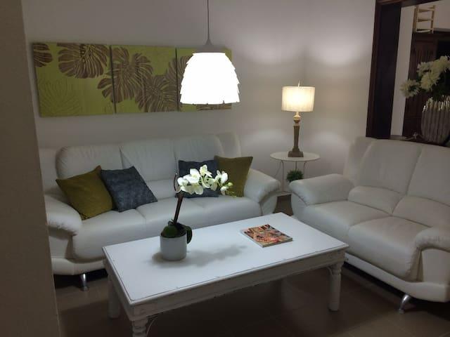Comtemporary apartment free WIFI