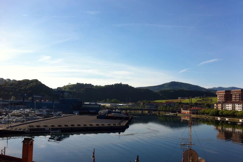 Vista del estuario del Urola, puerto y astillero desde el balcón / View of the Urola estuary, the harbour and the shipyard from the balcony
