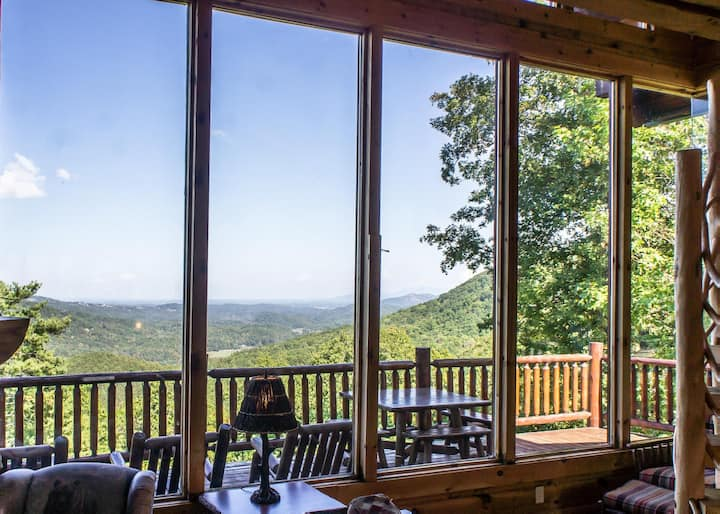 Exceptional cabin with pool table, hot tub, WIFI and panoramic views