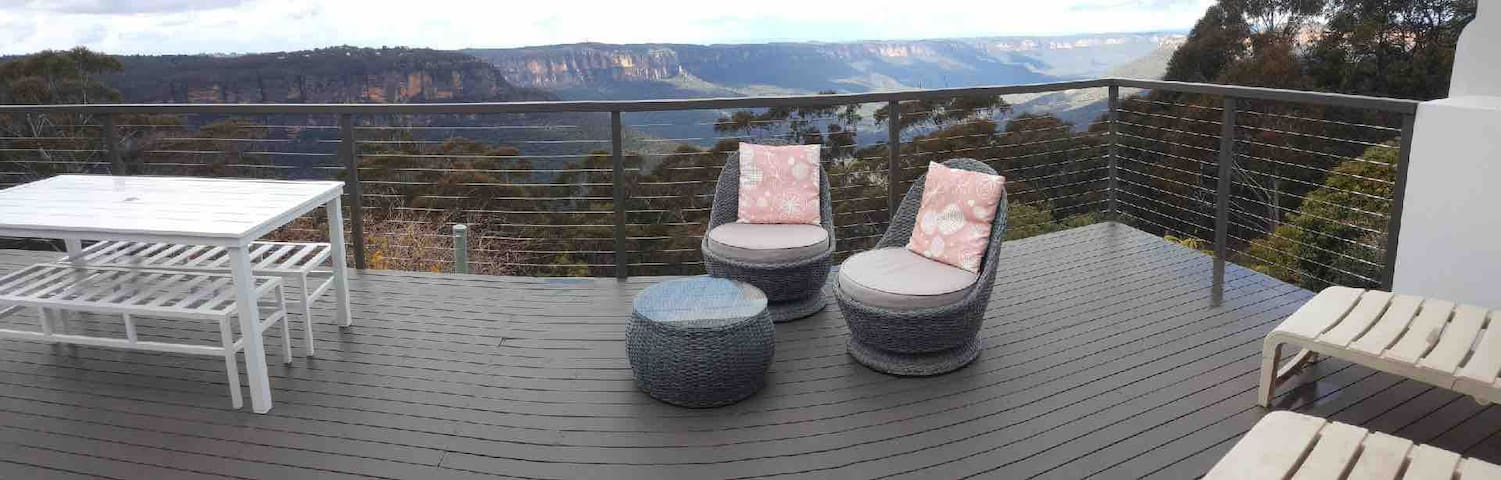 Cloud9 with it's Magical location, features a huge deck overlooking the Jamison Valley