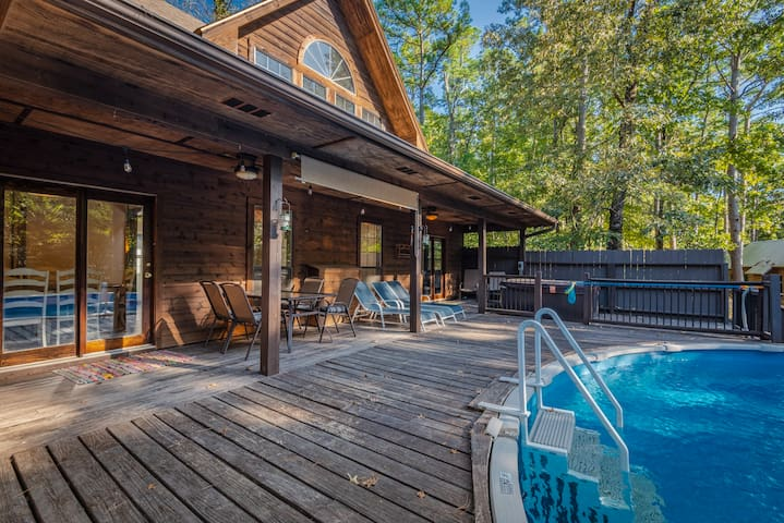 Welcome to the Wild OWelcome to the Wild Oasis Lodge! This luxury cabin offers guests an amazing and convenient access to everything in Broken Bow! Just seconds off of HWY 259, and a mere minutes from the marina, you can make your family vacation easy and