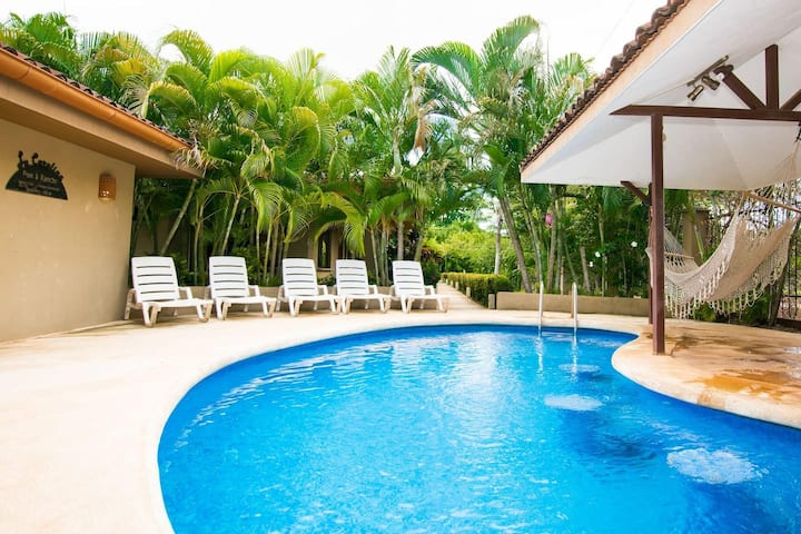 Charming unit that sleeps 4 - with pool - walking distance from Brasilito Beach