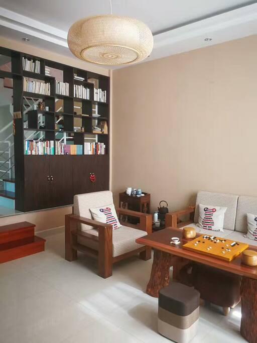 一楼、二楼、三楼都有宽敞明亮的客厅,并备有围棋套装和文史哲等各类书籍