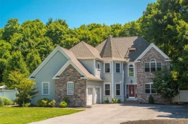 Upper Cape Mansion: Minutes From Beach